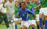 Em 2002, o craque disputou sua primeira Copa do Mundo e foi responsável pelo histórico gol da classificação contra a Inglaterra nas quartas de final. No final do torneio, Ronaldinho se  tornou campeão mundial.