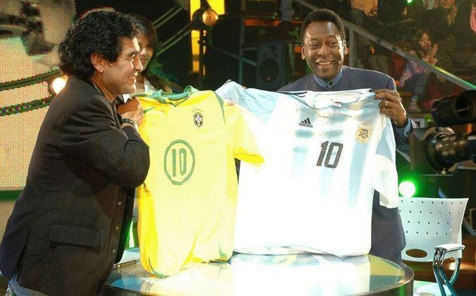 """Em 2005, o craque estreou um programa na TV argentina, chamado """"La noche del 10"""" – A noite do 10, em português. O talk-show durou somente uma temporada e o primeiro convidado foi Pelé"""