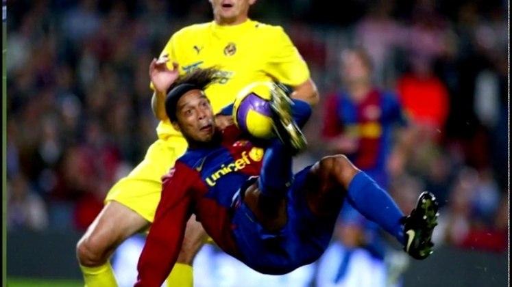 Em 2006, no auge de sua carreira, Ronaldinho Gaúcho marcou um lindo gol de bicicleta contra o Villarreal na goleada de 4 a 0 do Barcelona.