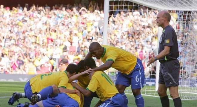 Em 2006, o Brasil jogou pela primeira vez no Emirates Stadium, em um amistoso contra a Argentina, e venceu por 3 a 0, com dois gols de Elano, e um gol antológico de Kaká, para