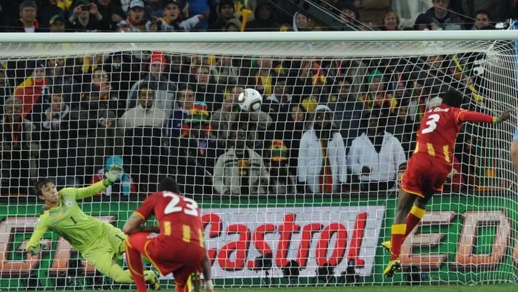 Em 2010, a Gana chegou até as quartas de final, mas foi derrotada pelo Uruguai nos pênaltis. O confronto ficou marcado pelo gol que Luis Suárez impediu com as mãos e a seleção ganesa perdeu o pênalti.