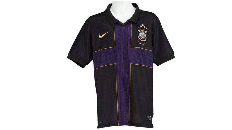 Em 2010, o Corinthians começou a temporada com uma camisa preta e uma cruz roxa...