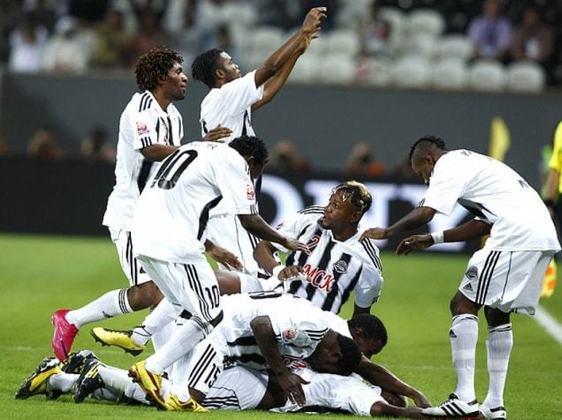 Em 2010, o Internacional, campeão da Libertadores, foi eliminado do Mundial de clubes para o desconhecido time do Congo, Mazembe. O goleiro da equipe africana, Muteba Kidiaba, foi eternizado e rendeu muitos memes pela sua dança característica.