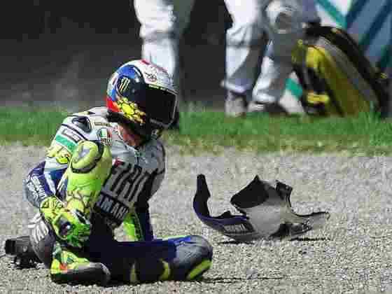 Em 2010, Valentino Rossi quebrou a perna no GP da Itália e ficou longe por três corridas