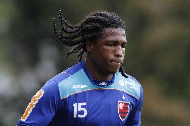 Em 2011, quando o Flamengo enfrentava o Santos na Vila Belmiro, o atacante Diego Maurício, do Rubro-Negro, foi vítima de ofensas raciais dos torcedores adversários. 'Me chamaram de macaco', afirmou o jogador, após a partida.