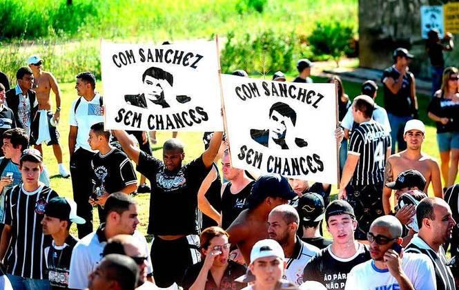 Em 2011, um corintiano mostra cartaz com trocadilho contra o presidente Andres Sanchez.