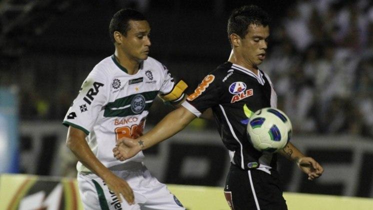 Em 2011, Vasco e Coritiba fizeram a final da Copa do Brasil. No jogo de ida, vitória do Cruzmaltino por 1 a 0, em casa. Na volta, no Couto Pereira, o triunfo do Coxa por 3 a 2 não foi o suficiente para tirar o título dos cariocas, pelo critério do gol fora.