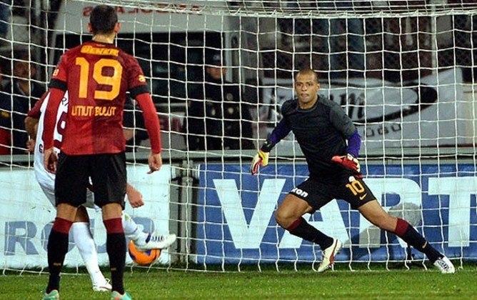 Em 2012, no jogo entre Galatasaray e Elazigspor, o volante Felipe Melo assumiu a posição de goleiro, após o uruguaio Fernando Muslera ter sido expulso, aos 44 minutos do segundo tempo. O brasileiro defendeu um pênalti nos minutos finais e o time da casa venceu por 1 a 0.