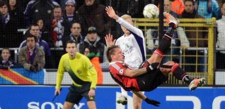 Em 2012, o zagueiro Mexes, na partida entre Milan e Anderlach, marcou um golaço de bicicleta, de fora da área, para garantir o time italiano na fase mata-mata da Liga dos Campeões.