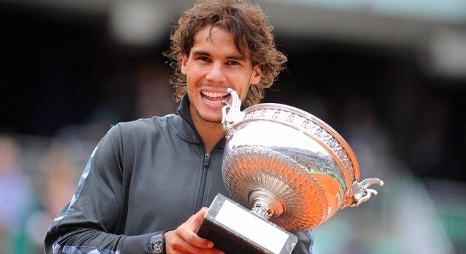 """Em 2013, a vítima de Nadal foi o seu compatriota Davi Ferrer. O """"Rei do Saibro"""" levou para casa a oitava taça de Roland Garros depois do triunfo por 3 sets a 0, com parciais de 6–3, 6–2 e 6–3."""