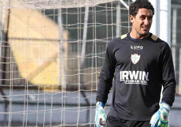 Em 2013, jogando pela Portuguesa, Lauro repetiu o feito, marcando de cabeça contra o mesmo Flamengo.