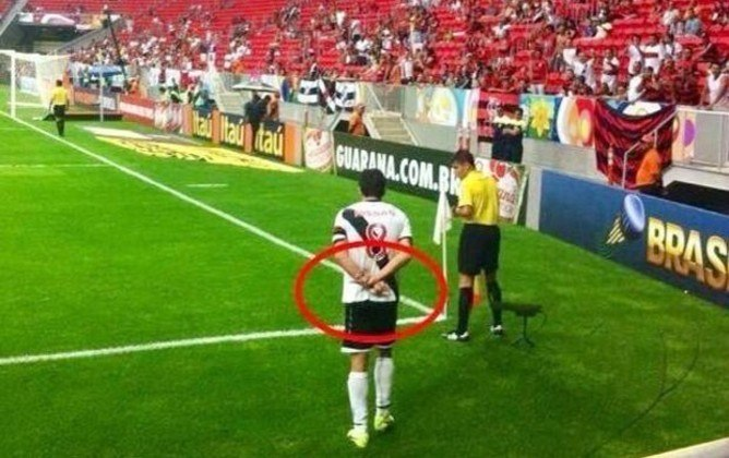 Em 2013, Juninho Pernambucano fez gesto obsceno para torcida do Flamengo antes de cobrança do escanteio, no Mané Garrincha