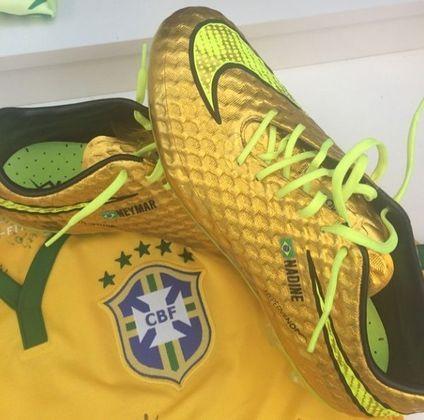 """Em 2014, Neymar usou um modelo dourado na Copa do Mundo, que aconteceu no Brasil, chamada """"Nike Hypervenom I, Sonho Dourado"""""""