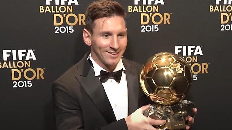 Em 2015, Lionel Messi conquistou a última edição do 'FIFA Ballon D'Or', quando o prêmio ainda era entregue pela entidade máxima do futebol junto à revista francesa 'France Football'. O argentino venceu Cristiano Ronaldo e Neymar.