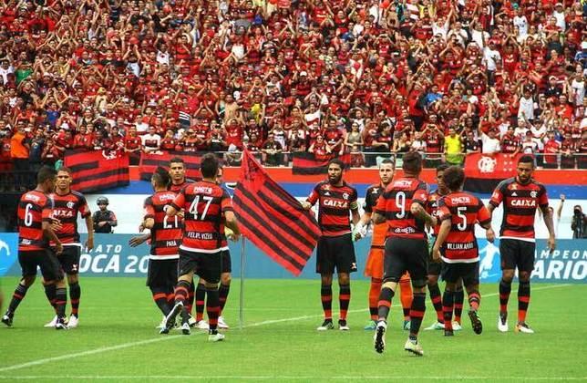 Em 2016, a equipe do Flamengo entrou correndo no gramado, não esperou os vascaínos e nem os 'mascotes' do time. O zagueiro Wallace fincou uma bandeira rubro-negra no meio-campo.