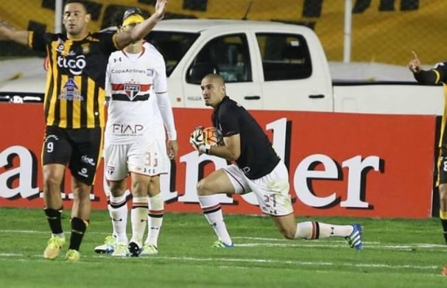 Em 2016, na fase de grupos da Libertadores, o São Paulo enfrentava o The Strongest fora de casa, quando o goleiro Denis foi expulso. A partida estava 1 a 1, e o zagueiro Maicon terminou aquele jogo no gol, evitando uma vitória do adversário.