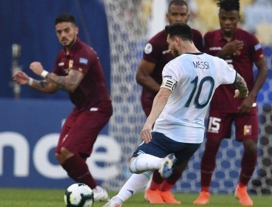 Em 2019, foi a vez da Copa América retornar ao Maracanã. Apesar de astros como Messi (foto), Soteldo, Cavani, Suárez e Guerrero passarem pelo estádio, outra seleção celebrou.