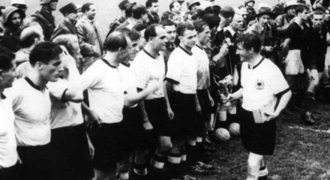 Em 54, a Alemanha perdeu para a Hungria por 8 a 3 na fase inicial e deu o troco na final: 3 a 2