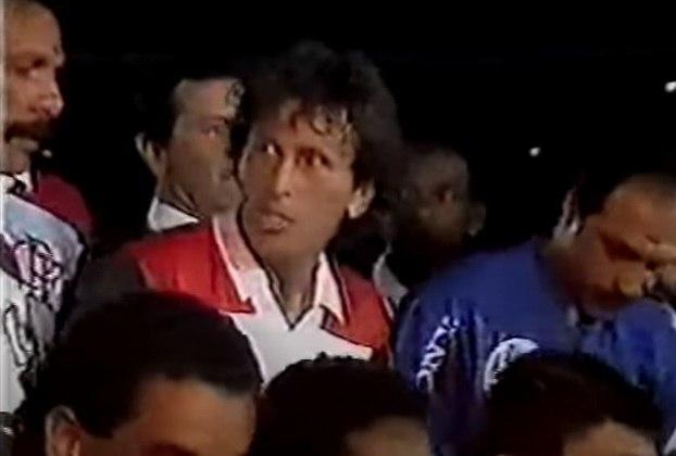 Em 6 de fevereiro de 1990, Zico fez sua despedida oficial do Flamengo. Com colegas como Júnior, Adilio, Andrade, Leandro e Nunes, ele jogou pelo rubro-negro no empate em 2 a 2 com a Seleção do Mundo, que reuniu jogadores como Taffarel, Falcão, Kempes e Rummenigge.