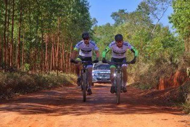 Em ação solidária, o atacante Fred está fazendo o caminho de Belo Horizonte ao Rio de Janeiro de bicicleta. A cada quilômetro pedalado, o camisa 9 doará uma cesta básica - são 600 km no total. Esta é uma imagem do segundo dia, quando ele foi de São João del Rei a Caxambu, em 171 km.