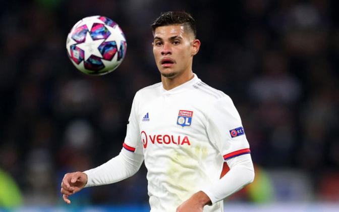 EM ALTA - Bruno Guimarães - Meia - Lyon - Ao lado de PSG e Lille, o Lyon está firme na briga pelo título francês, e Bruno Guimarães mudou o meio-campo da equipe.