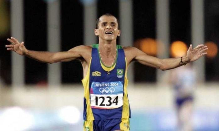 Em Atenas 2004, Vanderlei Cordeiro de Lima liderava a maratona quando foi empurrado por um homem. Ajudado por um  grego, seguiu e terminou a  prova em terceiro, comemorando com um aviãozinho. Relembre aqui outros momentos marcantes dos Jogos Olímpicos