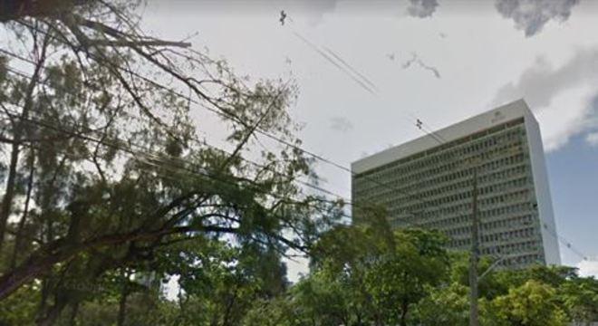Em busca de conter a disseminação do novo coronavírus nas repartições públicas, o Governo de Pernambuco e a Prefeitura do Recife (PCR) adotaram medidas restritivas de atendimento ao público nos órgãos de administração