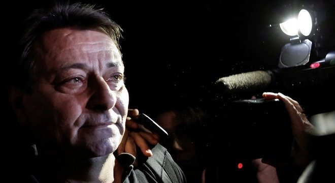 Battisti sai de prédio da Polícia Federal em São Paulo em foto de 2015; ele foi preso no Brasil pela primeira vez em 2007