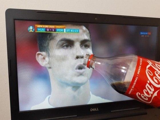 Em coletiva de imprensa na última segunda-feira, craque português trocou as garrafas de Coca-Cola que estavam sobre a mesa por garrafa de água. Atitude teve grande repercussão e também inspirou zoeiras nas redes. Confira! (Por Humor Esportivo)
