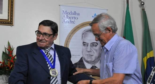 Em dezembro, Gamboa foi homenageado com a medalha Alberto André pela Associação Riograndense de Imprensa Crédito: Reprodução / Facebook / CP