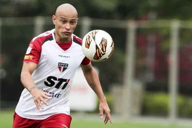 Em dois anos de clube (2013 a 2015) treinou boa parte do tempo com os juniores em Cotia, mesmo tendo alto salário. Saiu para jogar no Cólon-ARG.