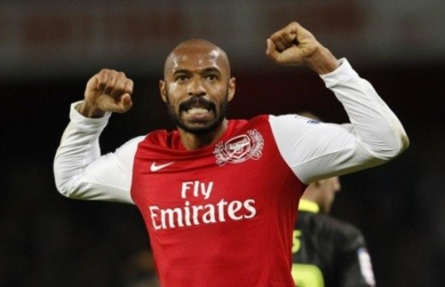 Em entrevista exclusiva ao LANCE!, o volante Denilson relembrou de uma história do atacante Henry, que cantava o hino do Vasco sempre que tomava banho nos vestiários do Arsenal.
