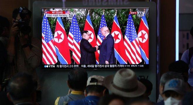 Em estação de trem, sul-coreanos assistem a encontro entre Kim Jong-un e Donald Trump; reunião histórica acontece em Cingapura