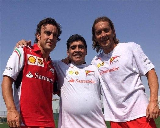 Em evento da Santander, Alonso e Maradona dividiram o campo de futebol