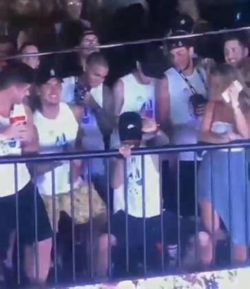 Em fevereiro de 2019, enquanto se recuperava de nova lesão no quinto metatarso do pé direito, Neymar aproveitou o período de folga no PSG para ir ao Carnaval no Brasil. A viagem ao Brasil não foi bem compreendida pela imprensa francesa e por torcedores do time parisiense, que criticaram o camisa 10.