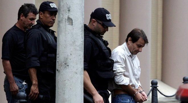 Em foto de 2009, Battisti aparece escoltado por policiais federais; Itália pediu sua extradição em 2007