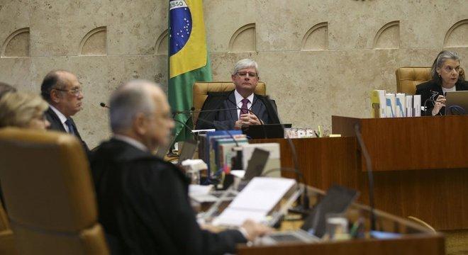 Em foto de 2017, Gilmar Mendes (de perfil) e Rodrigo Janot (no centro) participam de sessão no plenário do STF
