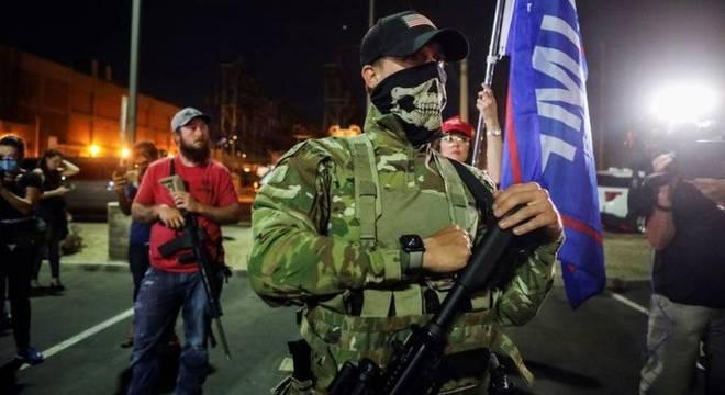 Repórter da BBC presente no condado de Maricopa relata presença de alguns manifestantes 'fortemente' armados