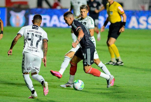 Em jogo atrasado da 18ª rodada, o São Paulo goleou o Botafogo por 4 a 0 e abriu sete pontos na liderança do Brasileirão.  O LANCE! montou uma galeria atualizada com as chances de cada clube - conforme a tabela no momento - de título, vaga para a Libertadores (G6) e rebaixamento. Os dados são do Departamento de Matemática da Universidade Federal de Minas Gerais (UFMG). Veja as contas: