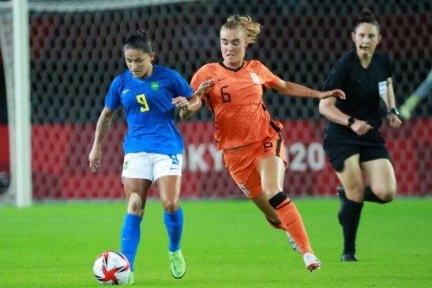 Em jogo de seis gols, o Brasil ficou no empate com a Holanda por 3 a 3, pela segunda rodada do Grupo F. As duas seleções encaminharam a classificação para a próxima fase. Marta, Debinha e Ludmilla marcaram os gols da equipe brasileira.