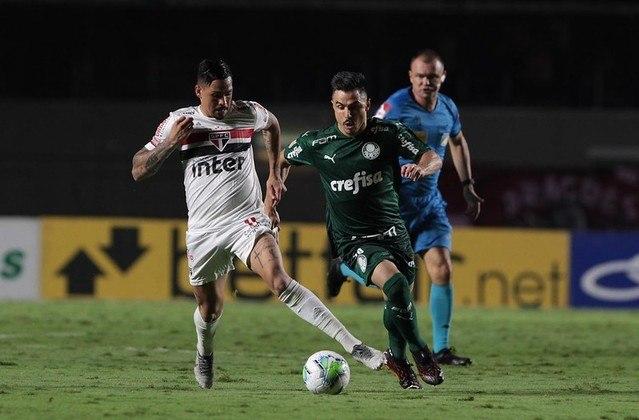 Em jogo fraco, com poucas oportunidades de gol e polêmica de arbitragem, São Paulo e Palmeiras empataram por 1 a 1 no Morumbi nesta sexta-feira (19), em partida válida pela 34ª rodada do Brasileirão. Luciano, de pênalti, abriu o placar para o Tricolor, mas, no final da partida, Rony empatou para o Verdão. Com o empate, o São Paulo dá adeus definitivamente ao título do Brasileirão, além de deixar a briga por uma vaga no G4 mais acirrada.