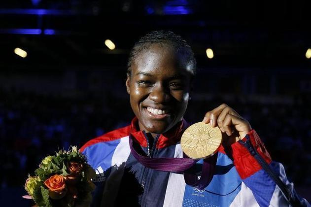 Em Londres-2012, a britânica Nicola Adams se tornou a primeira boxeadora declaradamente bissexual a conquistar uma medalha de ouro olímpica, e também levantou a bandeira LGBT+..