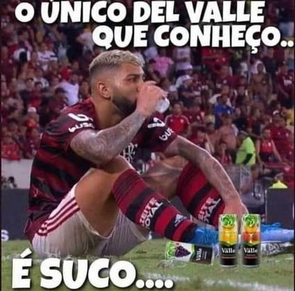 Em noite inspirada, o Flamengo derrotou o Independiente Del Valle por 4 a 0 no Maracanã e garantiu a classificação para o mata-mata da Copa Libertadores. Engasgados com a goleada sofrida no Equador, os rubro-negros foram às redes sociais comemorar o resultado, e aproveitaram para tirar aquela onda. Confira os memes na galeria
