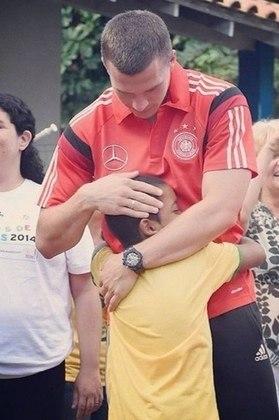 Em outro momento marcante, Podolski publicou uma imagem em que abraça uma criança. A demonstração de afeto com o fã mirim foi bastante curtida e elogiada por seus seguidores.