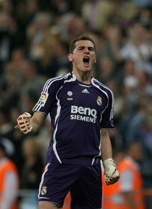 Em outubro de 2009, aconteceu uma das mais extraordinárias defesas de sua carreira. Em um jogo contra o Sevilla, Casillas impediu que Diego Perotti fizesse um gol e recebeu inúmeros elogios, até mesmo de Gordon Banks, ex-goleiro da Inglaterra campeão mundial em 66.