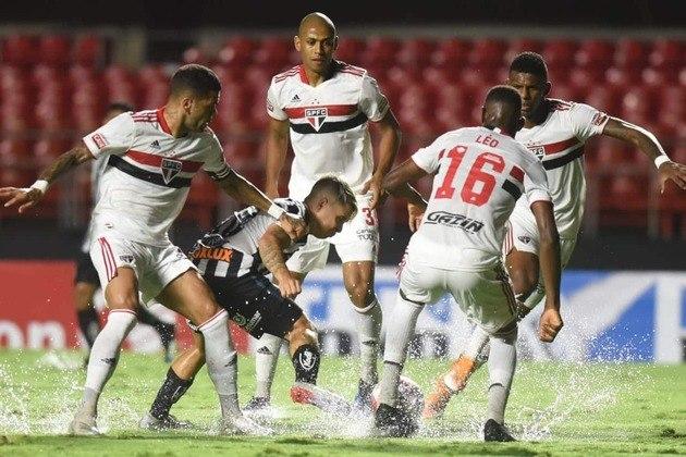 Em partida válida pela 3ª rodada do Campeonato Paulista, o São Paulo aplicou uma goleada de 4 a 0 no clássico contra o Santos e manteve a liderança do Grupo B do estadual. Veja as notas do LANCE! para o Tricolor na partida. (por Redação São Paulo)