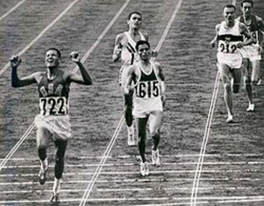 Em plena Guerra Fria, os Estados Unidos superaram a União Soviética no quadro de medalhas após derrotas em 56 e 60. Uma das medalhas marcantes foi de Billy Mills (foto) nos 10 mil metros.