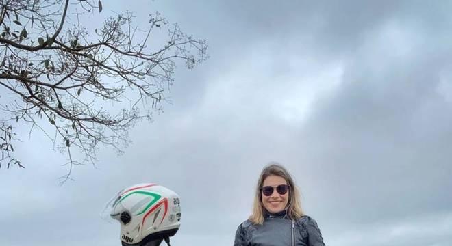 Em pról da mobilidade, a publicitária Tatiana Sapateiro comprou um scooter de 150cc / Arquivo Pessoal