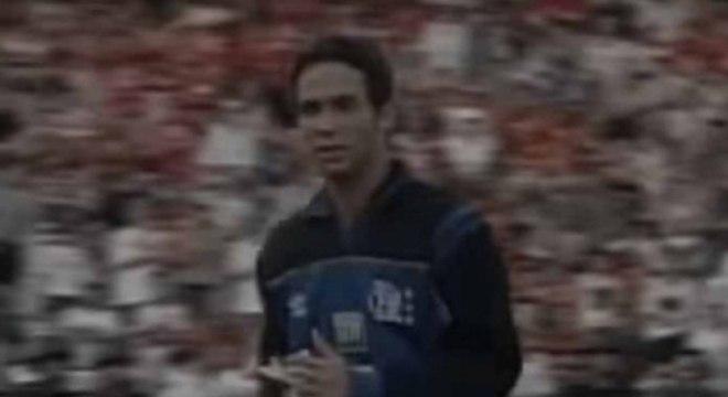 Em setembro de 1999, Clemer, goleiro do Flamengo, foi expulso por ter defendido uma bola fora da área e impedir um gol do Gama. O atacante Caio Ribeiro foi escolhido para subs