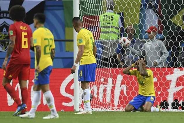 Em sua primeira Copa do Mundo na carreira, Tite cai com a Seleção Brasileira nas quartas de final, ao perder para a Bélgica por 2 a 1. Um baque para a comissão técnica e os torcedores brasileiros, que botavam fé na conquista do hexa.